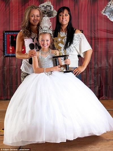 Người nhà của bé Alexia vui mừng khi bé giành được giải quán quân chung cuộc.