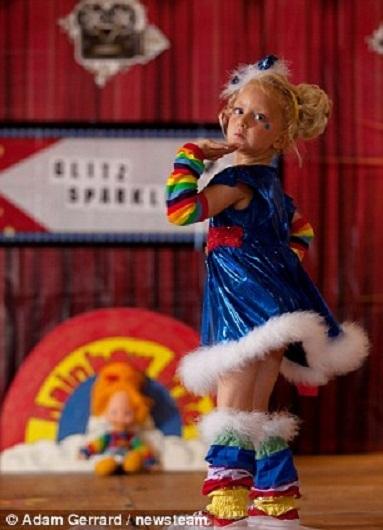 Tia Wilkinson, 3 tuổi, tạo dáng trên sân khấu để BGK đánh giá