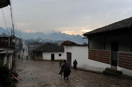 Ngôi làng Chajul được bao phủ trong sương mờ.