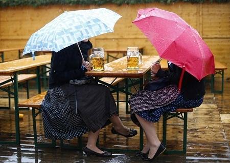 Tuy trời hơi mưa nhưng số lượng và sự nhiệt tình của khách tham quan không hề suy giảm