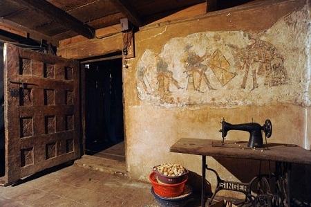 Rất nhiều bức tường trong nhà lưu giữ những bức tranh cổ.