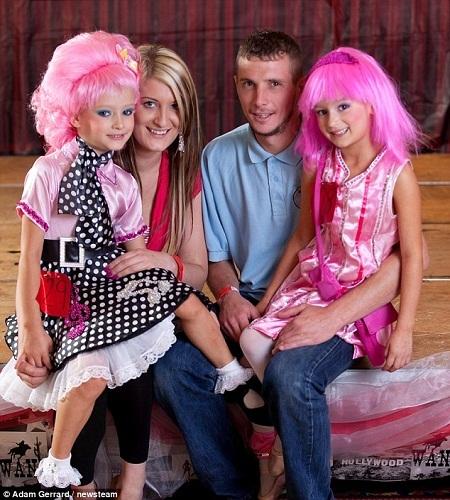 Hai bé sinh đôi Stella và Starr Moss cùng cha mẹ tham dự cuộc thi. Tr