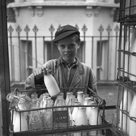 Trong ảnh là cậu bé đi đưa sữa.