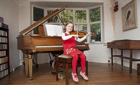 Bé Alma Deutscher bên câyđàn violin và piano quen thuộcở nhà