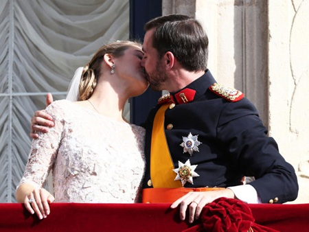 Công nương và hoàng tử hôn nhau trên ban công