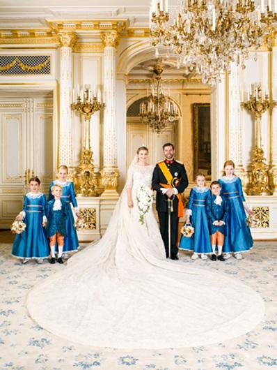 Công nương và hoàng tử chụp ảnh với các em bé cũng là những thành viên trong Hoàng gia.