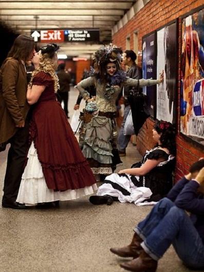 """Các thanh niên ở New York năm nay thích phong cách """"cổ trang"""" hơn là """"zombie"""" rùng rợn."""