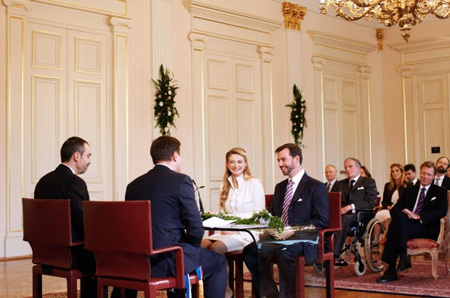 Hoàng tử Guillaume và công nương Stephanie trong lễ đăng ký kết hôn tại tòa thị chính ở Luxembourg.