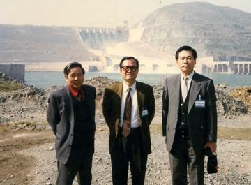 TS. Vũ Tất Thắng (giữa) trong chuyến thăm Thủy điện Hòa Bình, năm 1993.