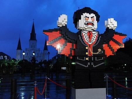 Bức tượng ma cà rồng bằng lego ở trước nhà thờ St. Louis, thành phố New Orleans, Mỹ.