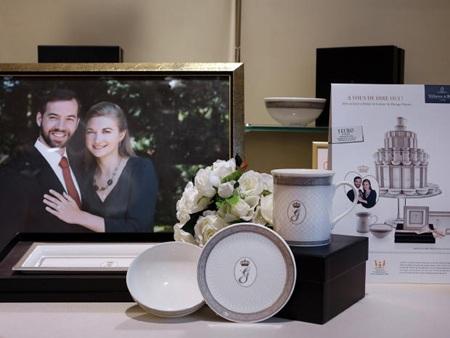 Hai chai sâmpanh với hình nền minh họa là cặp đôi đẹp của Hoàng gia Luxembourg.
