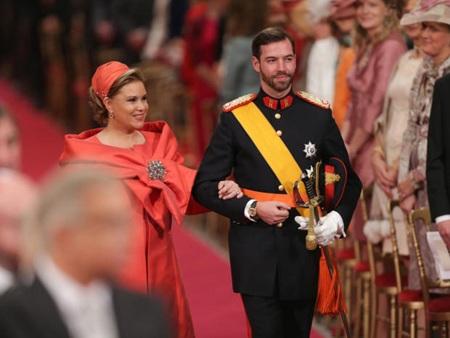 Nữ công tước Maria Teresa cùng con trai là hoàng tử Guillaume bước vào lễ đường.