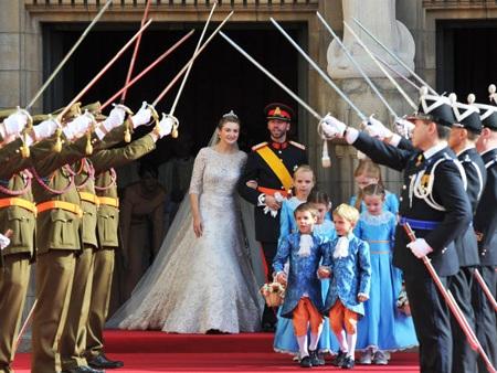 Công nương và hoàng tử bước ra ngoài lễ đường sau khi tiến hành xong những nghi lễ cần thiết.