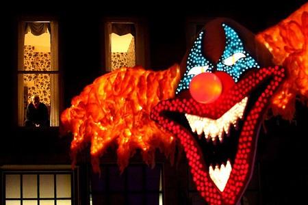 ... Và cũng có những người đón Halloween thầm lặng như cụ già này.
