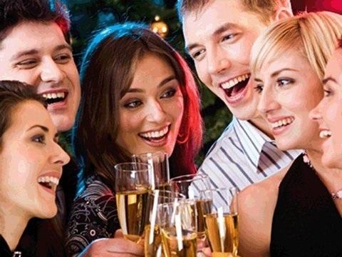 Những bữa tiệc thâu đêm là điều cần tránh trong những dịp lễ, Tết. (Ảnh minh họa)