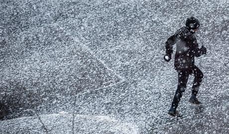 Đức: Một cậu bé háo hức nắm trong tay quả bóng tuyết nhỏ mà cậu vừa nặn xong.