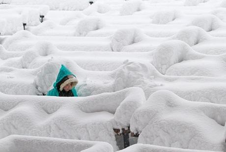 Ukraina: Một em bé chạy chơi trong công viên sau một cơn bão tuyết.