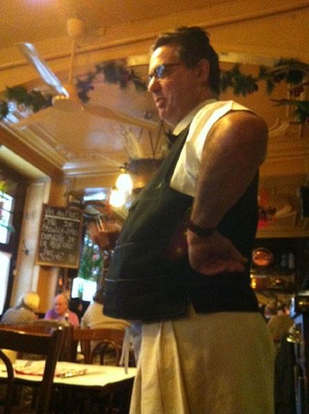 Ông bồi bàn khó tính của tôi tại nhà hàng trên đảo St. Louis (Ảnh chụp trưa 21/12/2012)
