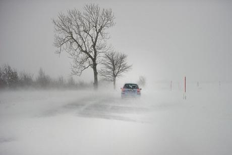 Đức: Một chiếc xe mạo hiểm lao đi khi trời đang đổ tuyết rất mau.