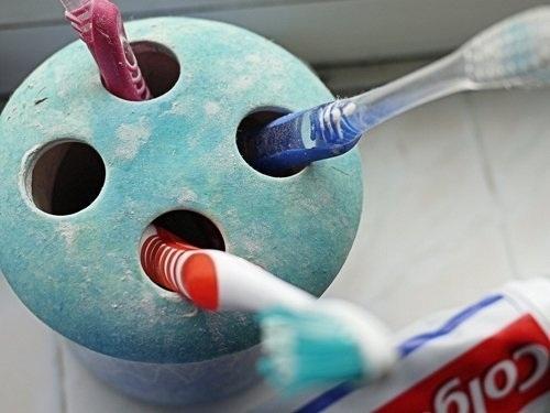 Đánh răng sau khi uống rượu làm mòn răng.