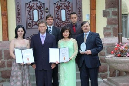 Chị Phan Bích Thiện nhận giải thưởng Khách sạn của năm 2011 ở Hungary.