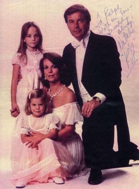 Natalie Wood bên chồng và hai cô con gái nhỏ