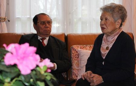 Bà Thu Lê trò chuyện với ông Trịnh Ngọc Thái về hiệp đinh Paris.