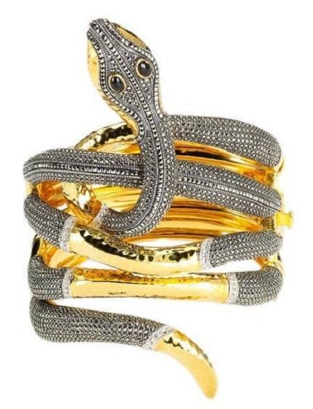 Chất liệu vàng và nạm đá quý, giá 2.450 đô la.