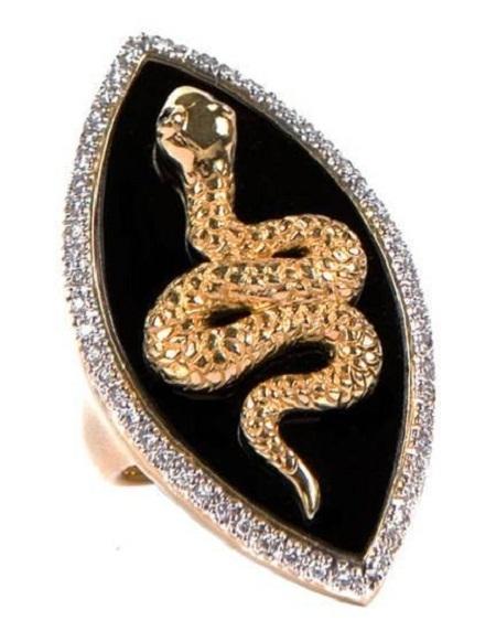 Chất liệu vàng, đá quý với đôi mắt rắn là hai hạt kim cương, giá 1.265 đô la.