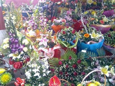 Những hàng hoa vỉa hèbày bán rải rác cho dù lượng tiêu thụvô cùngkhiêm tốn.