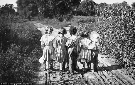 4 cậu bé đùa nghịch với những trái táo ở bang miền Tây Virginia, ảnh chụp tại Mỹ năm 1939.