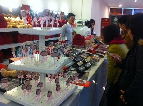 Những cửa hàng bán socola đã kịp mở hàng để chào một mùa Valentine nữa lại về.