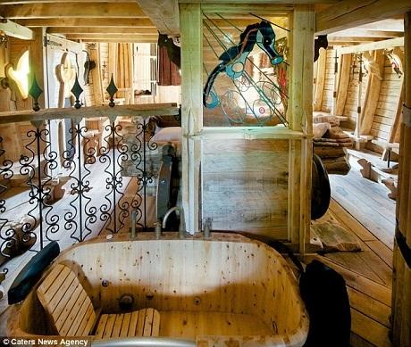 Một bể tắm jacuzzi bằng gỗ với phong cách thiết kế của Hy Lạp.