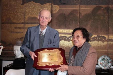 Bà Nguyễn Thị Bình trao giải