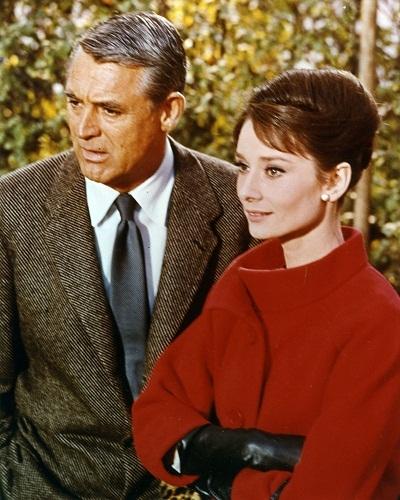"""Đứng thứ ba là một kiểu tóc vấn cao cổ điển khác của Audrey Hepburn trong phim """"Charade""""."""