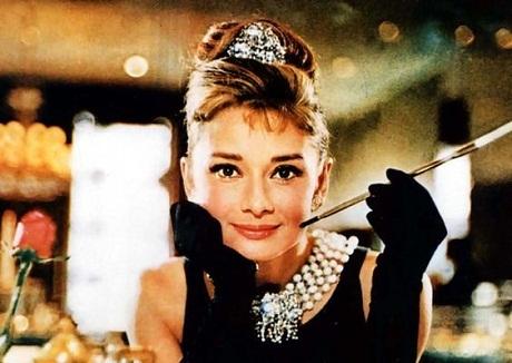 """Mái tóc búi cao thanh nhã của Audrey Hepburn trong """"Breakfast At Tiffany's"""""""