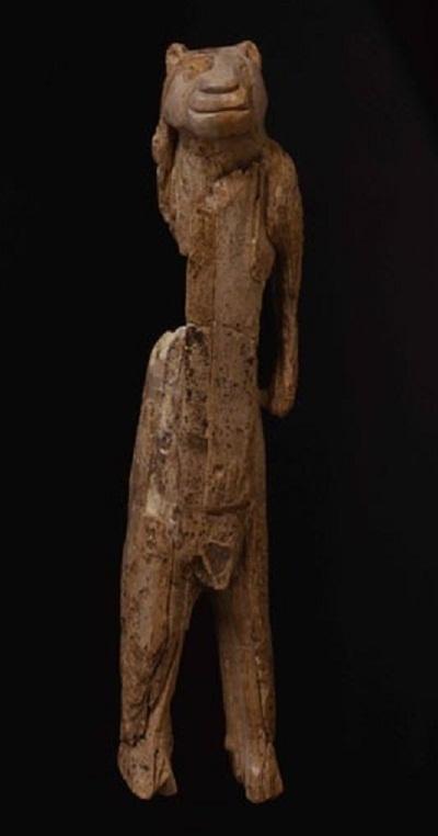 Bức tượng khắc họa mình người, đầu sư tử.