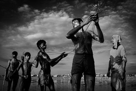 Con người – Người dân ở Moulvibazar, Bangladesh trong dịp lễ hội Charak Puja.