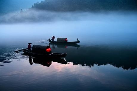 Du lịch – Chèo thuyền lúc sáng sớm qua con sông Tiểu Đông ở Trung Quốc.