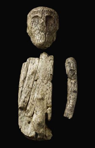 Một bức tượng hình người cổ xưa được tạc bằng ngà voi.