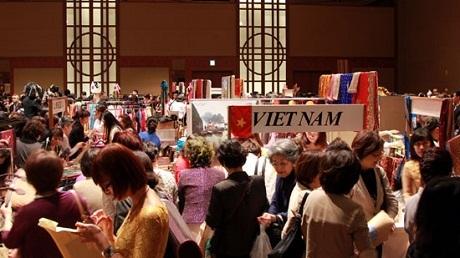 2gian hàng của Đại sứ quán Việt Nam đã thu hút sự chú ý của nhiều người tham gia Hội chợ.