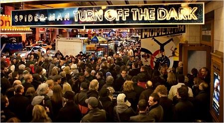 Khán giả chen chân mua vé xem kịch