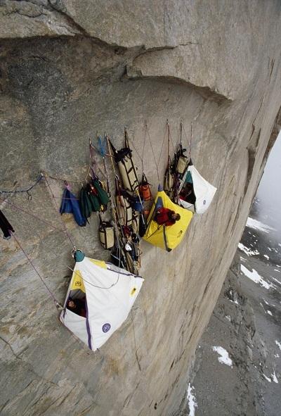 Cắm trại trên vách núi đựng đứng Great Sail ở vịnh Sam Ford, đảo Baffin, Canada.