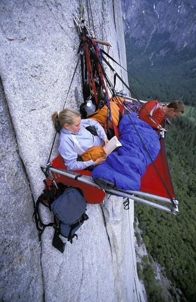 Cắm trại trên vách núi ở thung lũng Yosemite, bang California, Mỹ.