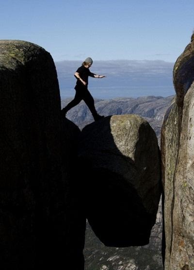 Đứng trên tảng đá Kjeragbolten ở Nauy.
