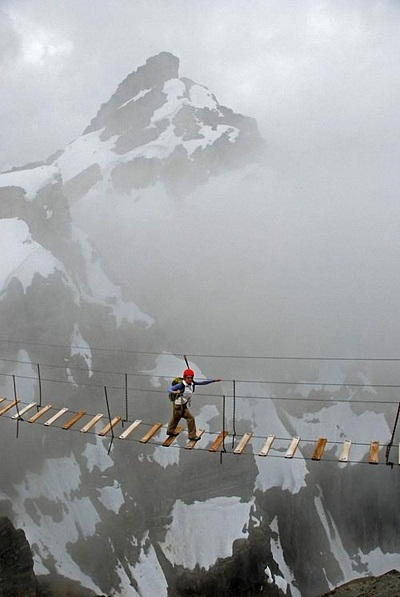 Băng qua dãy núi Nimbus ở Canada.