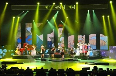 Các thành viên trong bạc nhạc Moranbong tại buổi biểu diễn ra mắt đầu tiên hồi tháng 7/2012.
