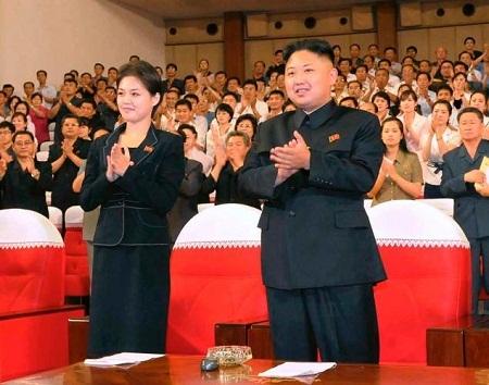 Ông Kim Jong Un và vợ - bà Ri Sol Ju vỗ tay cổ vũ ban nhạc Moranbong rất nhiệt tình.
