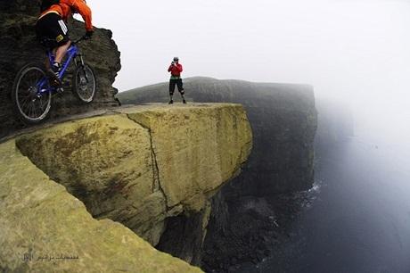 Đạp xe trên vách núi Moher ở Ireland.