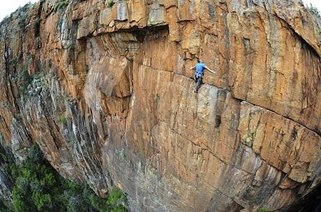 Vận động viên leo núi người Anh John Roberts leo lên một vách đá dựng đứng ở Nam Phi.